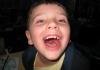 Amígdalas grandes: causas, síntomas, tratamientos, consecuencias y más